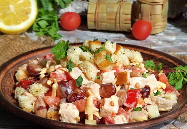 салат с фасолью и помидорами и курицей